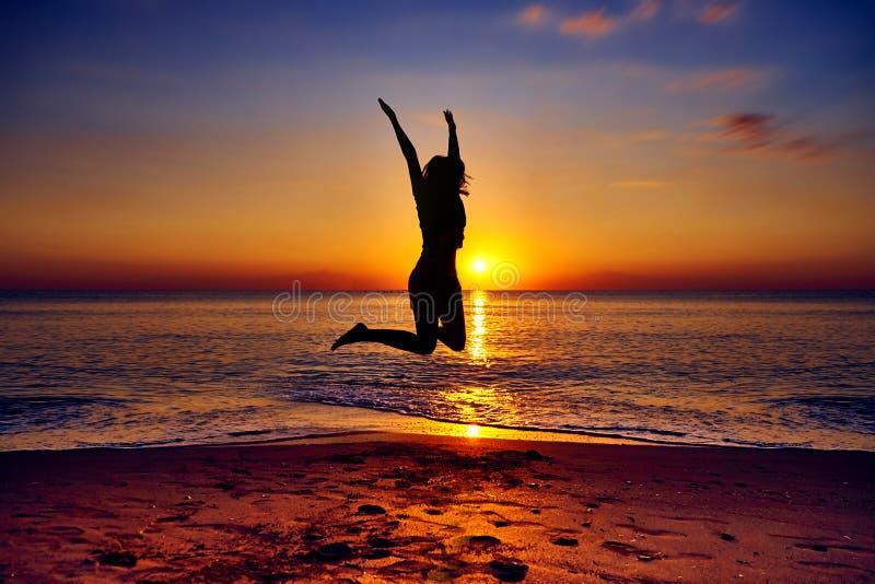 跳在天空中的女孩 库存照片