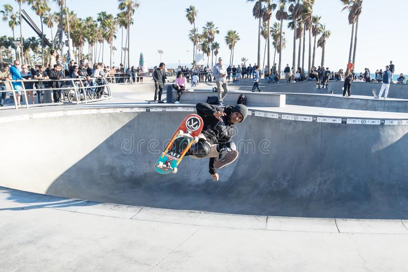 跳在威尼斯海滩skatepark,威尼斯海滩,洛杉矶,加利福尼亚的溜冰者 图库摄影