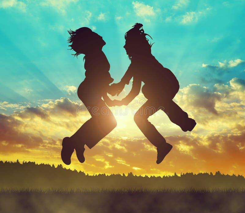 跳在日落的女孩 免版税库存照片