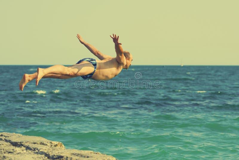 跳在海运的人 图库摄影