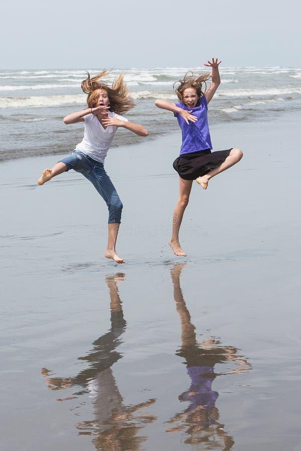 跳在海滩的孩子 库存图片