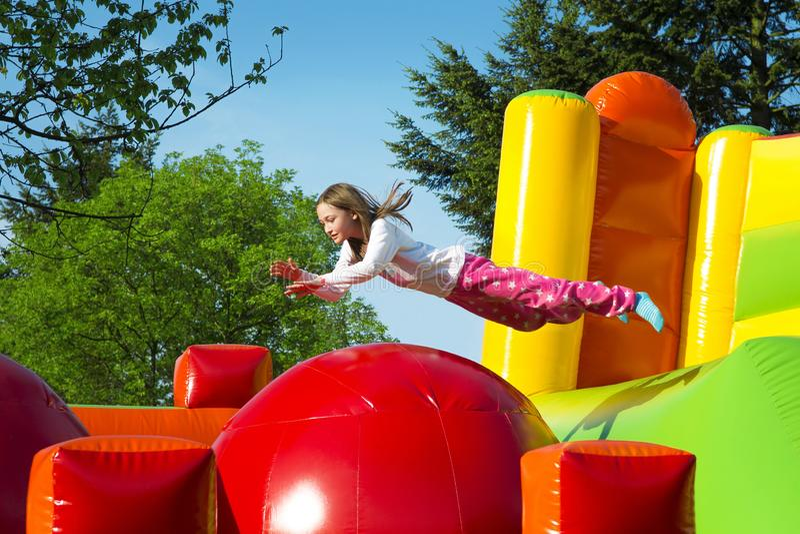 跳在的女孩膨胀球 免版税库存照片