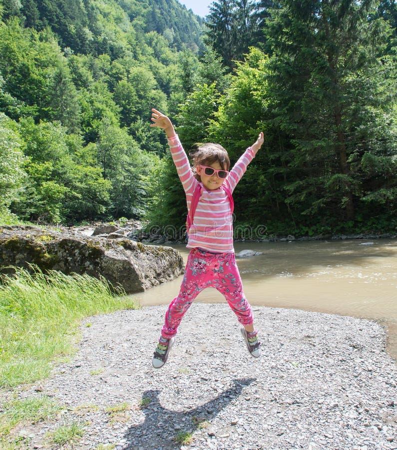 跳在自然的女孩 免版税库存图片