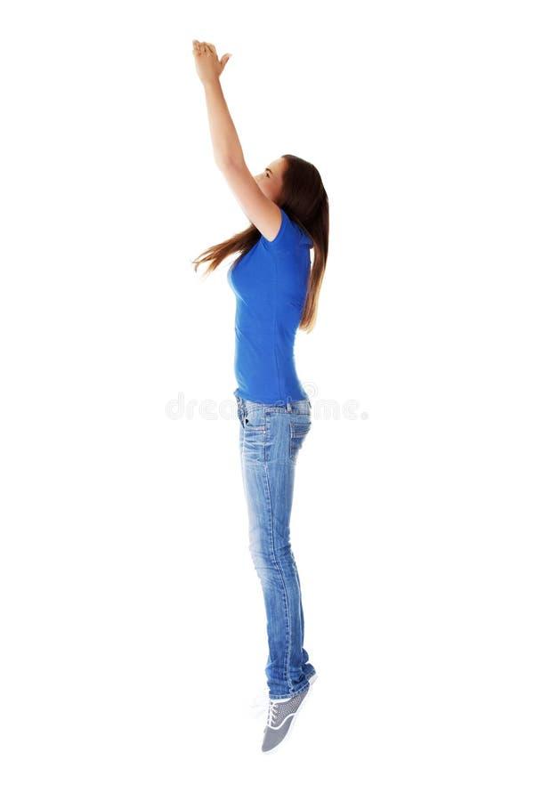 跳在航空的青少年的女孩。 库存照片