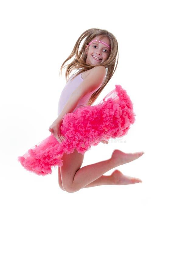 跳在芭蕾舞短裙的跳芭蕾舞者 免版税库存照片