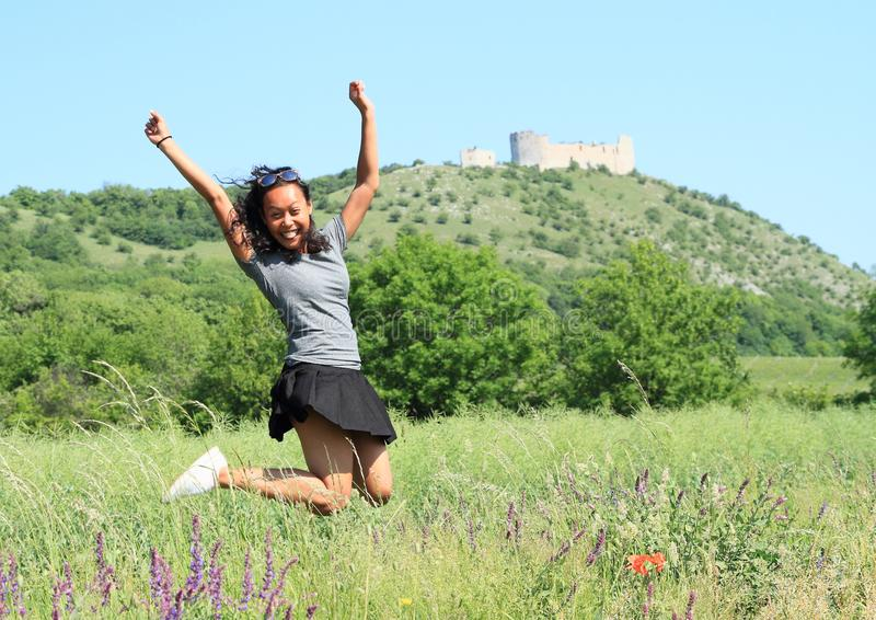 跳在Palava的城堡Devicky前面的女孩 免版税图库摄影