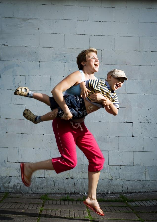 跳的母亲儿子 免版税库存图片