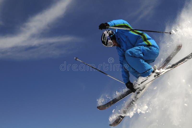 跳的滑雪者 免版税库存照片