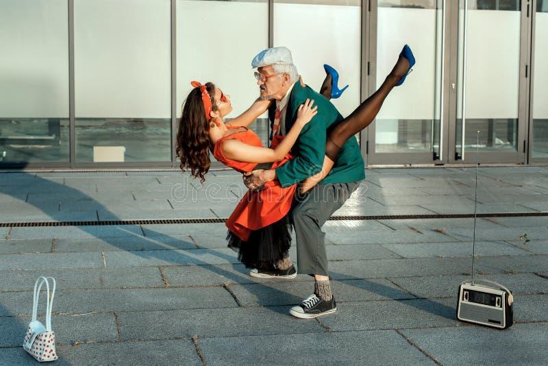 跳舞一个快速的舞蹈的老人 图库摄影