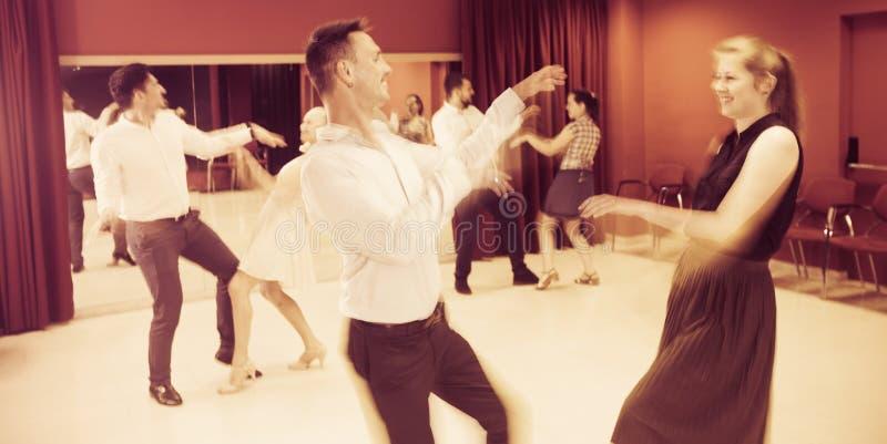 跳舞与模糊的行动作用的人们 免版税库存照片