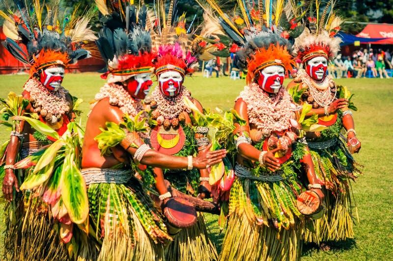 跳舞和演奏妇女在巴布亚新几内亚 免版税库存图片
