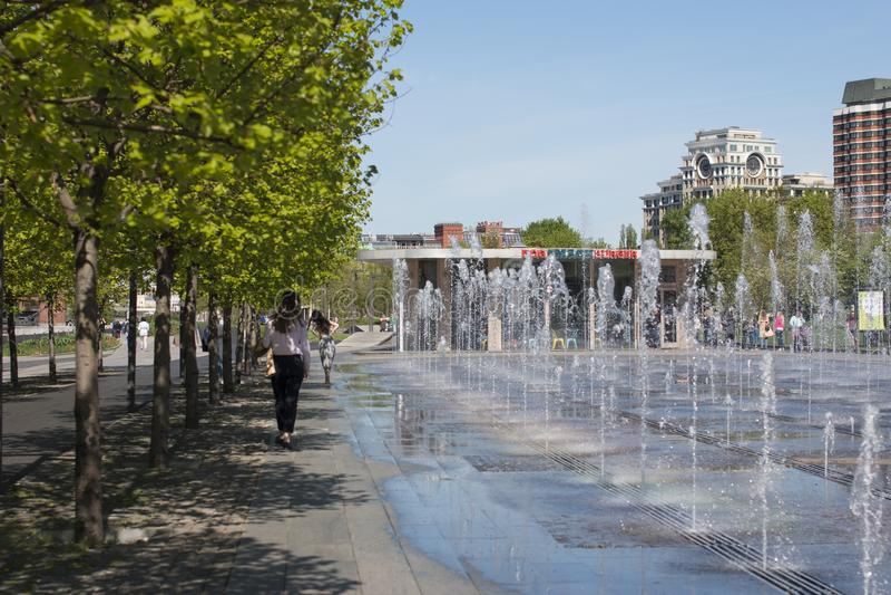 跳舞喷泉在公园 图库摄影
