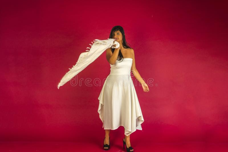 跳舞在一件空白礼服 免版税库存照片