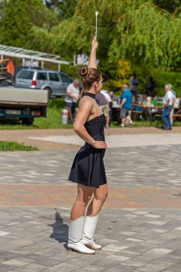 跳舞在事件的一个军乐队女队长小组的少女在小村庄,Vonyarcvashegy在匈牙利 05 01 02018匈牙利 库存图片