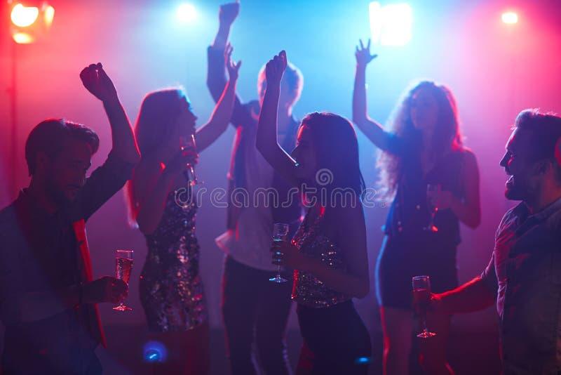 跳舞在俱乐部的学生 免版税库存图片