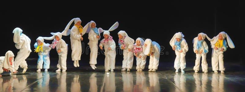 跳舞在兔宝宝服装的孩子 库存图片