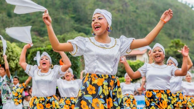 跳舞在南美城市街道上的青年土产妇女  免版税库存照片
