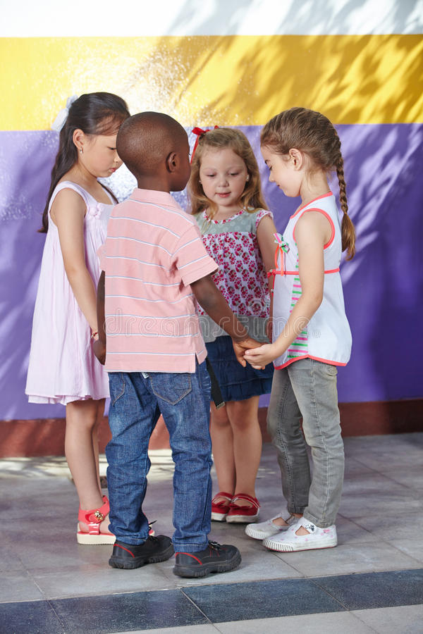 跳舞在圈子的孩子 免版税库存照片