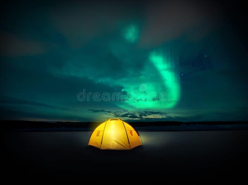 跳舞在夜空的北极光 免版税库存照片