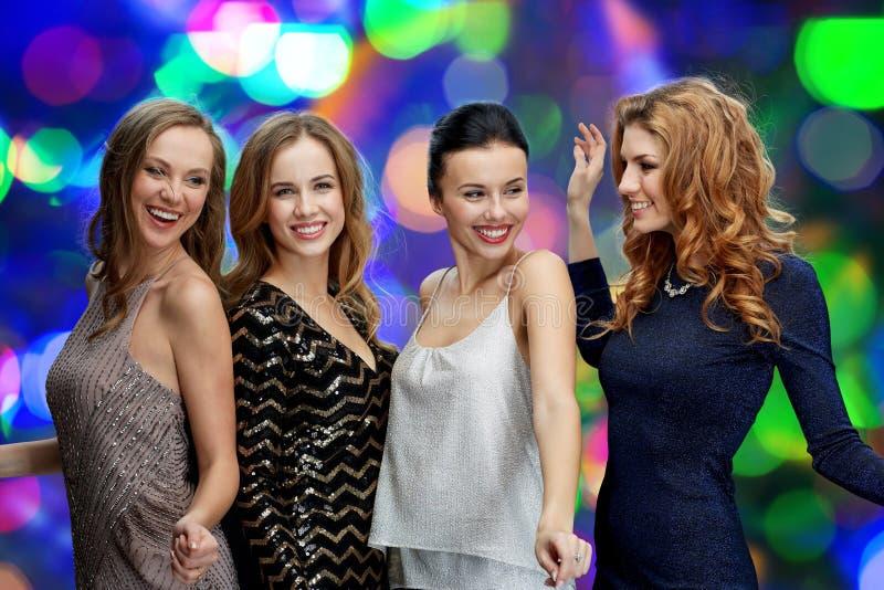 跳舞在夜总会迪斯科的愉快的少妇 库存照片