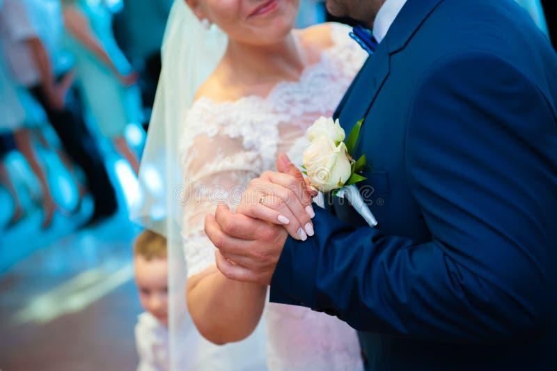 跳舞在婚礼的新婚佳偶 免版税图库摄影