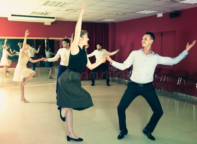 跳舞在对的成人人民林迪舞单脚跳 库存照片