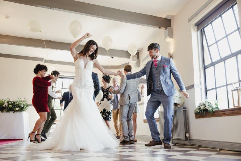 跳舞在我们的婚礼之日 免版税库存图片