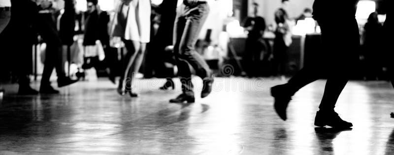 跳舞在摇摆舞音乐党葡萄酒和减速火箭的样式 免版税库存图片