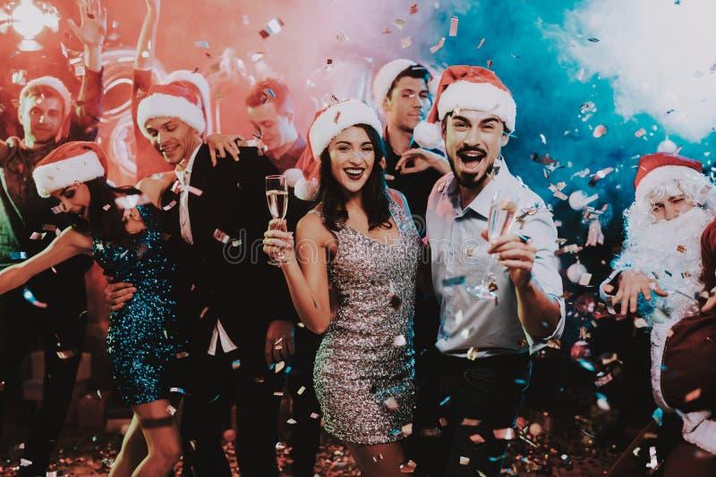 跳舞在新年晚会的愉快的青年人 库存照片