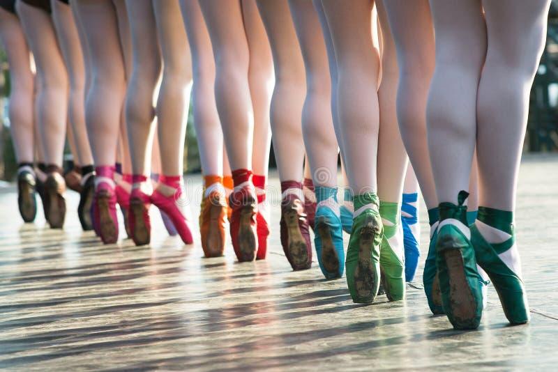 跳舞在有几种颜色的芭蕾舞鞋的芭蕾舞女演员脚在s 免版税图库摄影