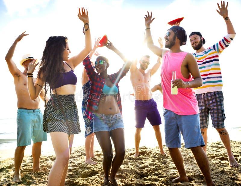 跳舞在海滩的朋友 免版税库存照片