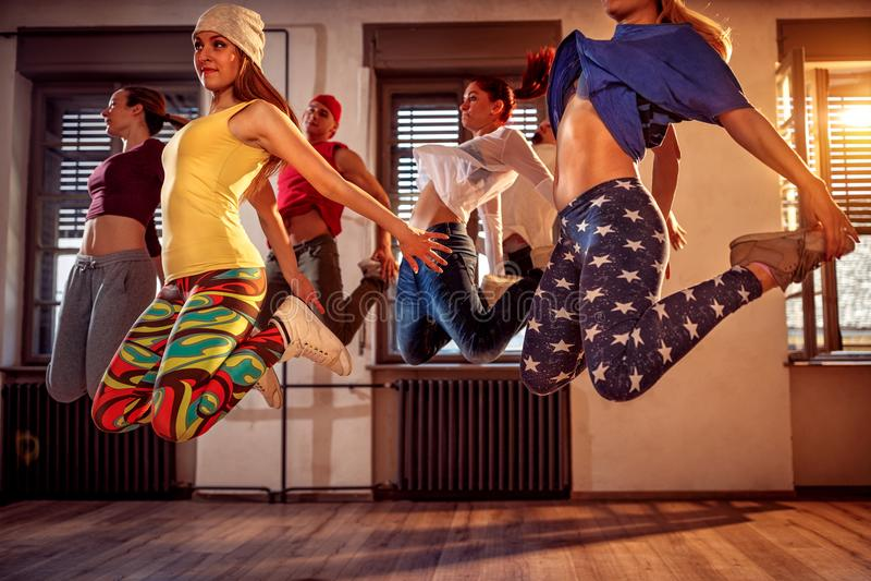 跳舞在演播室的年轻现代舞蹈家 体育、跳舞和u 库存照片