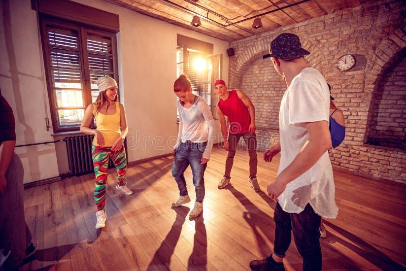 跳舞在演播室的年轻Hip Hop舞蹈家 体育,跳舞和 免版税库存照片