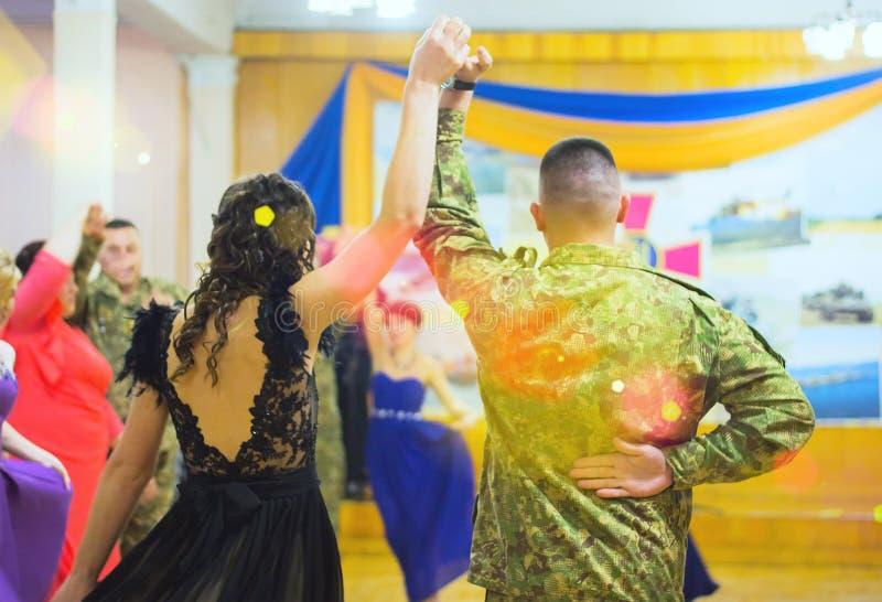 跳舞在舞蹈课的人们获得乐趣 库存照片