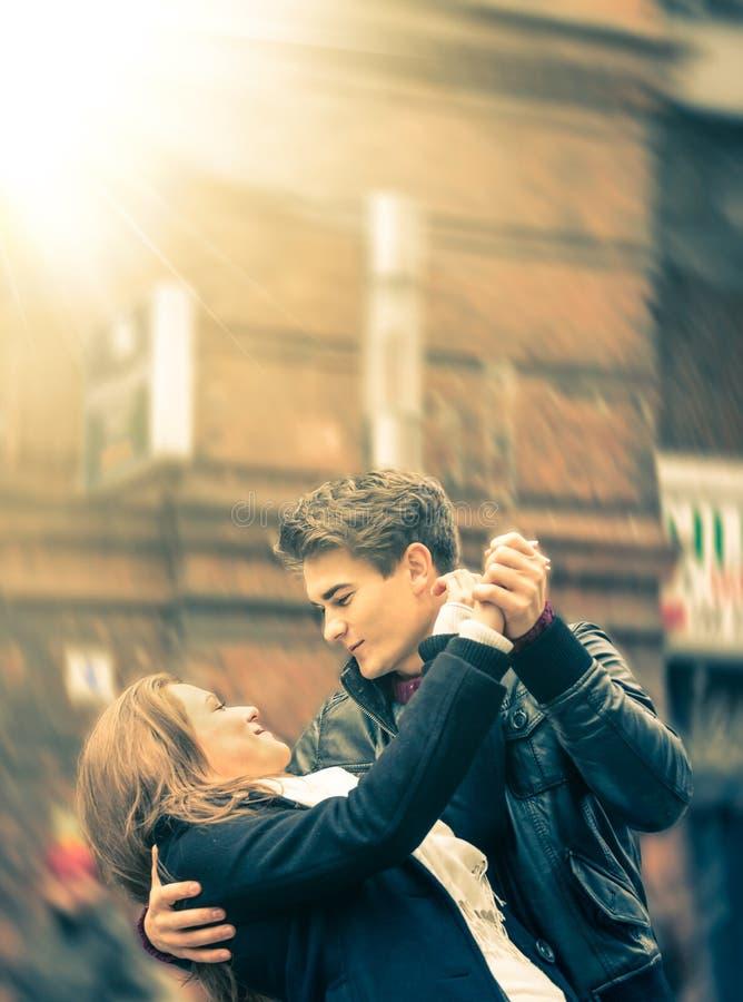 跳舞在街道上的恋人夫妇  库存图片