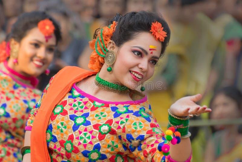 跳舞在Holi/春节的女孩 免版税库存图片