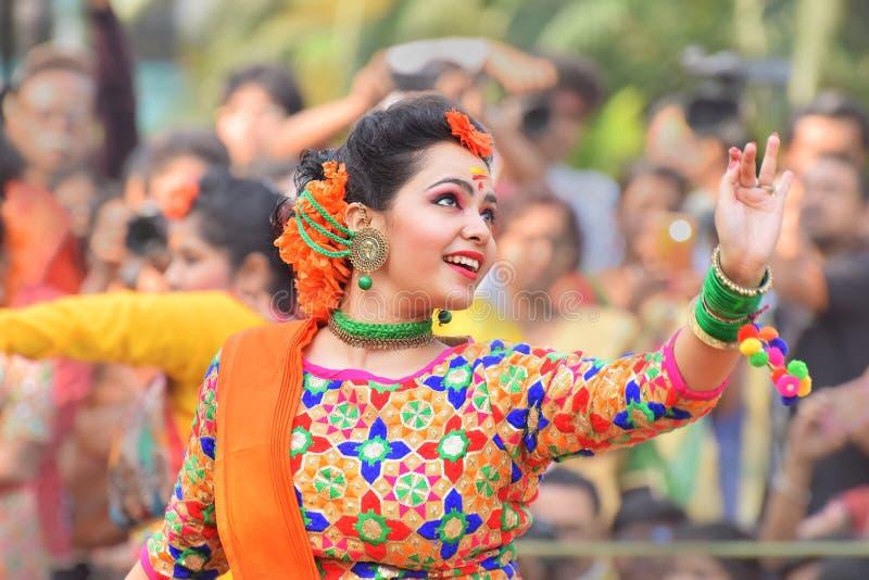 跳舞在Holi/春节的女孩 库存图片