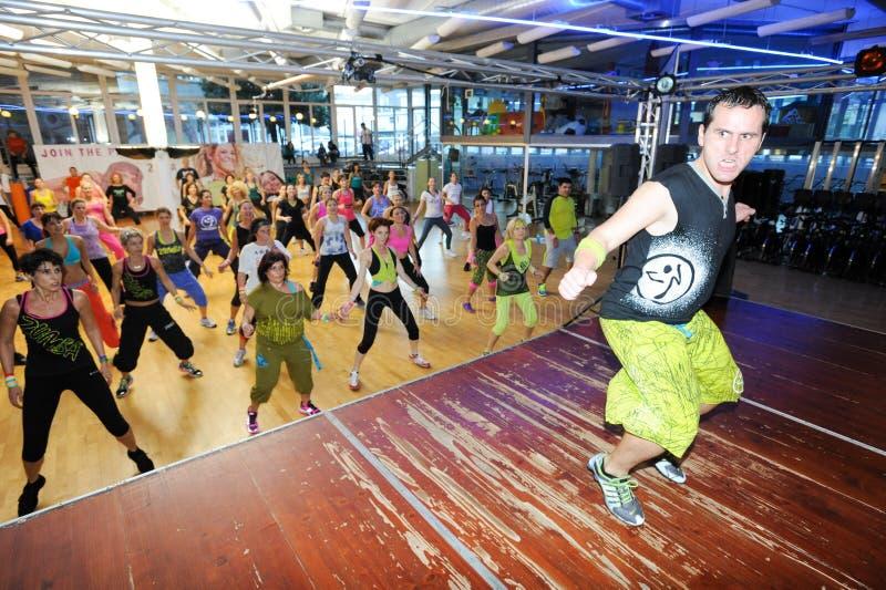 跳舞在Zumba训练健身期间的人们在健身房 图库摄影