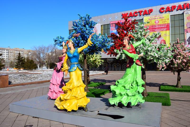 以跳舞妇女为特色的五颜六色的图在阿斯塔纳 免版税库存图片