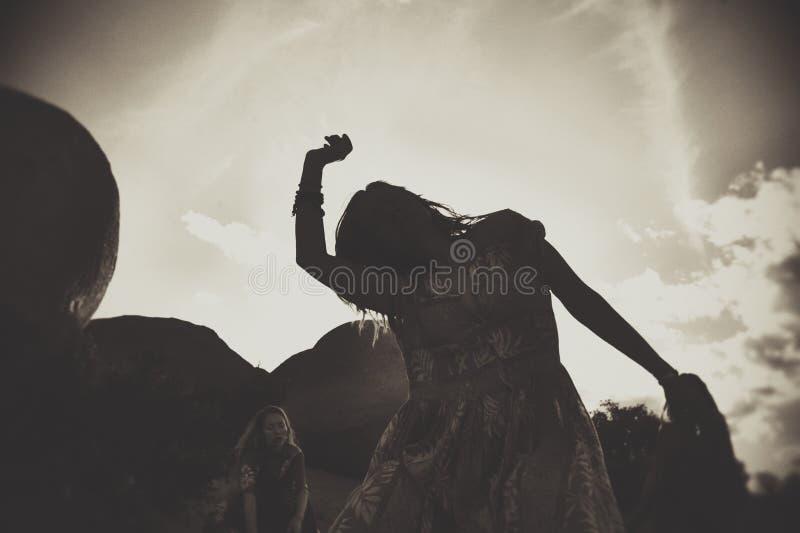 跳舞妇女的无拘无束的人 免版税库存照片