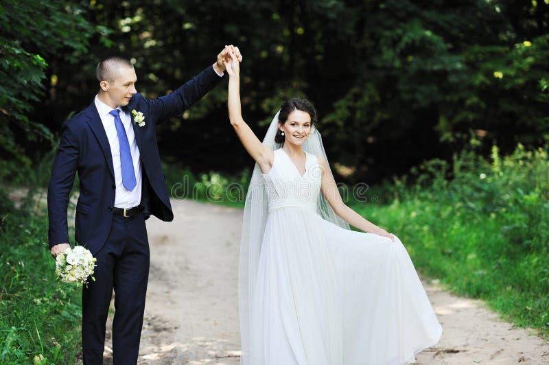 跳舞婚礼夫妇在公园 免版税库存照片