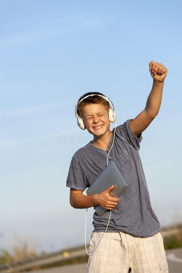 跳舞对节奏的逗人喜爱的男孩户外。 库存照片