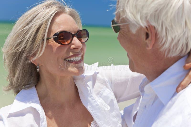跳舞愉快高级热带的海滩夫妇 图库摄影