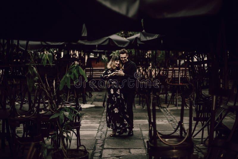 跳舞户外在巴黎,美丽的金发碧眼的女人wo的热情的夫妇 免版税库存照片