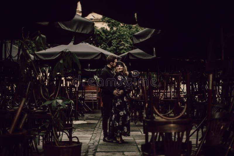 跳舞户外在巴黎,美丽的金发碧眼的女人wo的热情的夫妇 库存图片