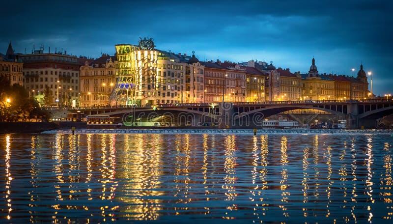 跳舞房子在布拉格在晚上,捷克共和国 免版税库存照片
