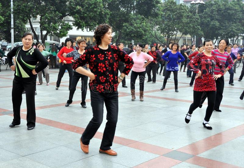 跳舞新的pengzhou正方形妇女的瓷 免版税库存照片