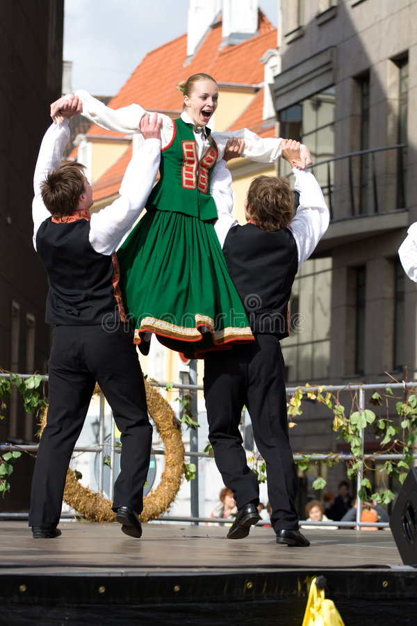 跳舞民间拉脱维亚传统 库存图片