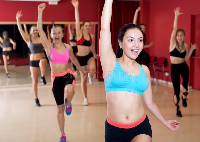 跳舞激动的摆在的活跃女性 免版税库存照片