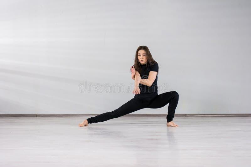 跳舞现代舞的逗人喜爱的女孩 免版税库存照片